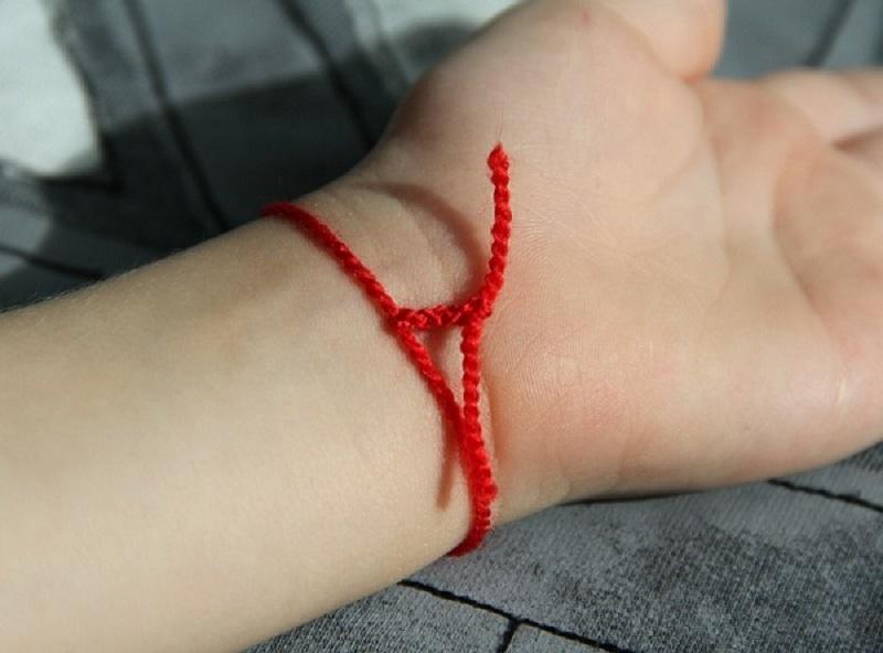 Самый сильный оберег! Узнай, как именно завязывать и носить красную нить.