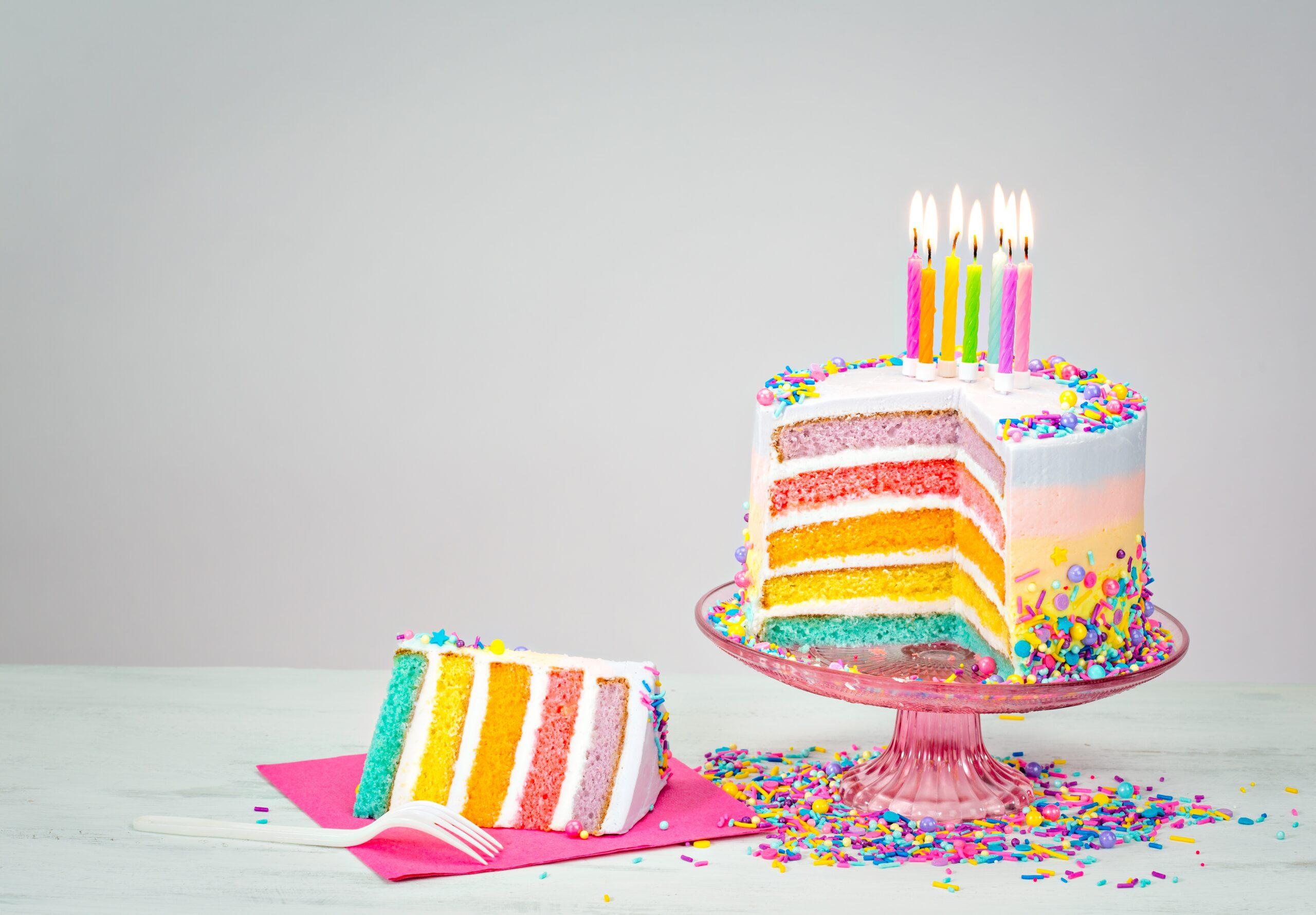 https://img4.goodfon.ru/wallpaper/original/8/70/den-rozhdeniia-colorful-tort-cake-happy-birthday-celebration.jpg