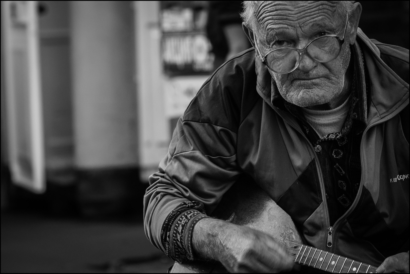 https://c.wallhere.com/photos/76/e2/player_oldman_people_city_street_photo_balalaika_man-664007.jpg!d